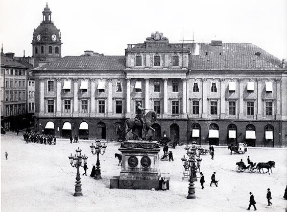 Gustav III:s operahus innan det revs 1892. Två av de stiliga gatlyktorna kring Gustav II Adolfs staty på bilden står nu framför det nya operahuset.