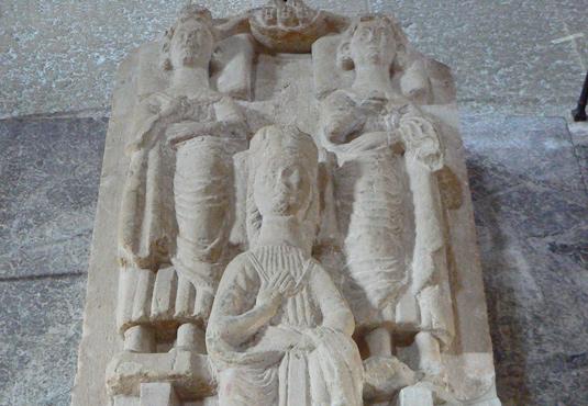 Birger Jarl, andra hustrun Mechtild och sonen hertig Erik på graven i Varnhems kyrka. Deras skelett ligger under locket. De rätta enligt vad dna-analysen ger anledning att tro.