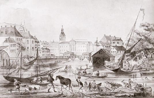 Gustav III:s nybyggda operahus (mitt i bilden) reser sig vid det ännu oordnade Norrmalmstorg, idag Gustav Adolf torg. Till höger tvättar kvinnor med klappträn. Två simmare till höger. Roddbåten är förmodligen på väg till torghandeln vid Munkbron
