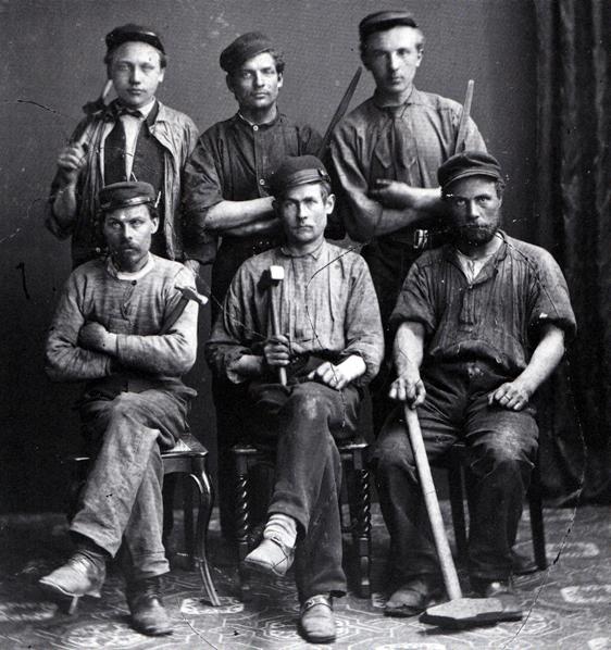 """PåStockholmska arbetare hos fotografen på 1870-talet. De var inte längre beredda att låta sig hunsas med.  Nu hade en befolkningsgrupp som identifierade sig som och utpekades som """"arbetarklass"""" vuxit fram. De här avbildade fick dock knappast själva uppleva hur de slutligen släpptes fram till politiskt inflytande."""