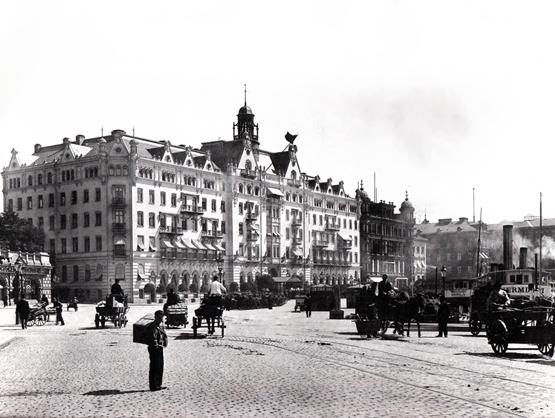 Grand Hôtel var ursprungligen klätt i ljus sten och var rikt utsirat i nybarock. Vid en ombyggnad på 1920-talet ansågs det dock omodernt och fasaden skalades av och putsades.