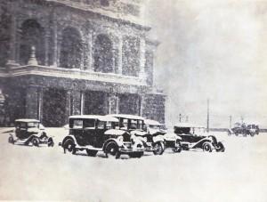 Ännu på 1920 talet var det enkelt att parkera. Här bilar framför Operan en vinterdag.