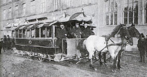 Den 10 februari 1905 gick den sista flaggprydda hästspårvagnen dragen av Drott och Vivi på avskedstur från Rosenbad till Roslagstull. Tusentals människor kantade gatorna och vinkade med hattar och näsdukar.