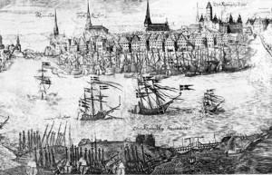 Stockholm, det vill säga dagens Gamla stan vid början av 1600-talet. De havsgående fartygen lade till vid Skeppsbron. Där har tegelhusen ännu kvar sina medeltida gavlar. I förgrunden syns Blasieholmen, då en ö. Där ligger flottans skeppsvarv där regalskeppet Vasa byggdes.