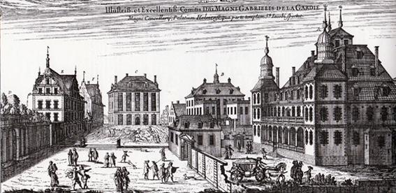 Vi står ungefär vid Jakobs kyrka och blickar österut. På vänster sida ligger de la Gardies Makalös. Det byggdes av Magnus Gabriels far Jacob i nordeuropeisk renässansstil och var egentligen fullständigt omodernt när Karl XI konfiskerade det. Till vänster ses muren kring Kungsträdgården. Makalös låg där nu Karl XII: staty står.