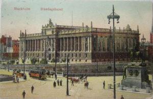 """Riksdagshuset på samtida vykort. Ursprungligen hade byggnaden obelisker i hörnena. Fanatiska funkisarkitekter lät ta ner dem. Huset ansågs i mitten på 1900-talet """"fult"""" och en stor opinion ville riva det."""