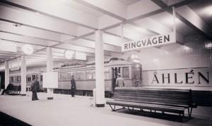 """Redan 1933 kunde man stiga på vid Ringvägen och färdas 800 meter till Slussen i Stockholms första """"tunnelbana"""". Det skulle dröja till 1950-talet innan tunnelbanebygget återupptogs."""